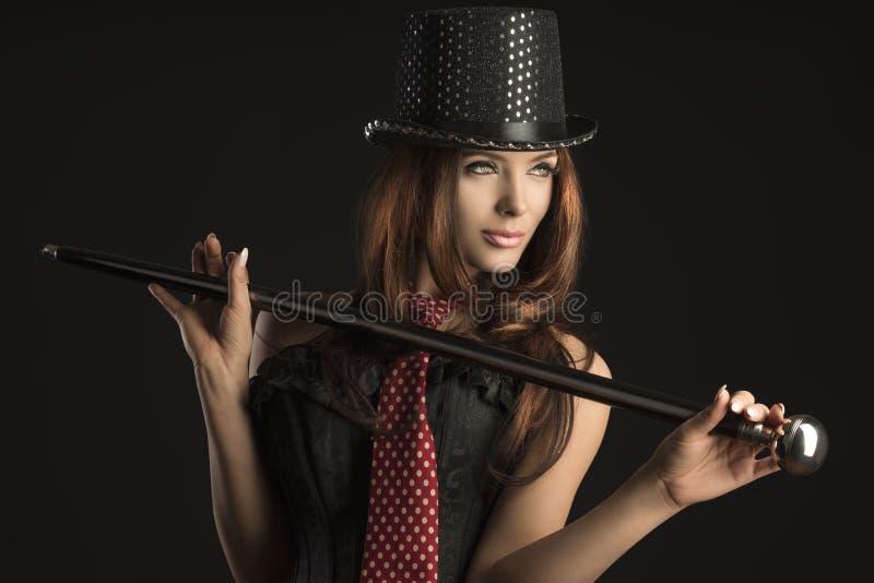 Cabaretvrouw het spelen met stok stock afbeeldingen