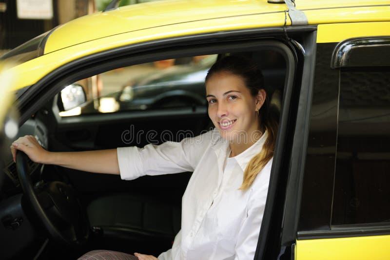 cabchaufförkvinnlig som hon den nya ståenden taxar royaltyfri bild
