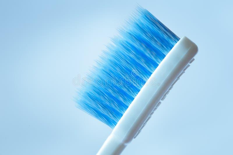 Cabeça da escova de dentes do close up com micro tamanho pequeno para pontas do cabelo da escova foto de stock