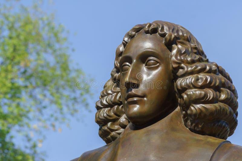 Cabeça da estátua de Baruch Spinoza em Amsterdão fotos de stock