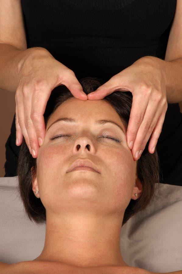 Cabeça da massagem em termas do dia fotos de stock royalty free