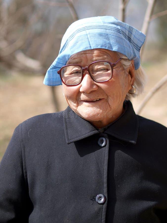 A cabeça da senhora idosa um lenço fotografia de stock royalty free