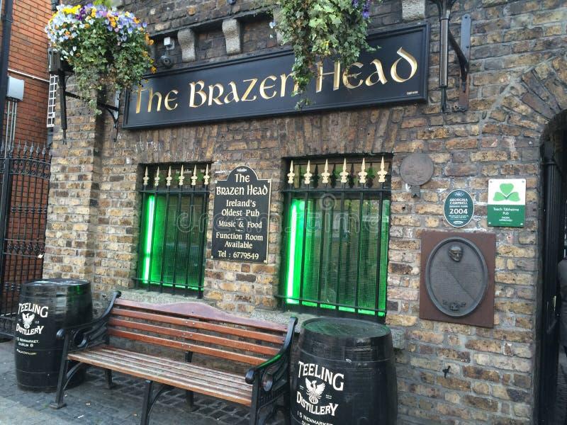 A cabeça de bronze Dublin Pub imagem de stock royalty free