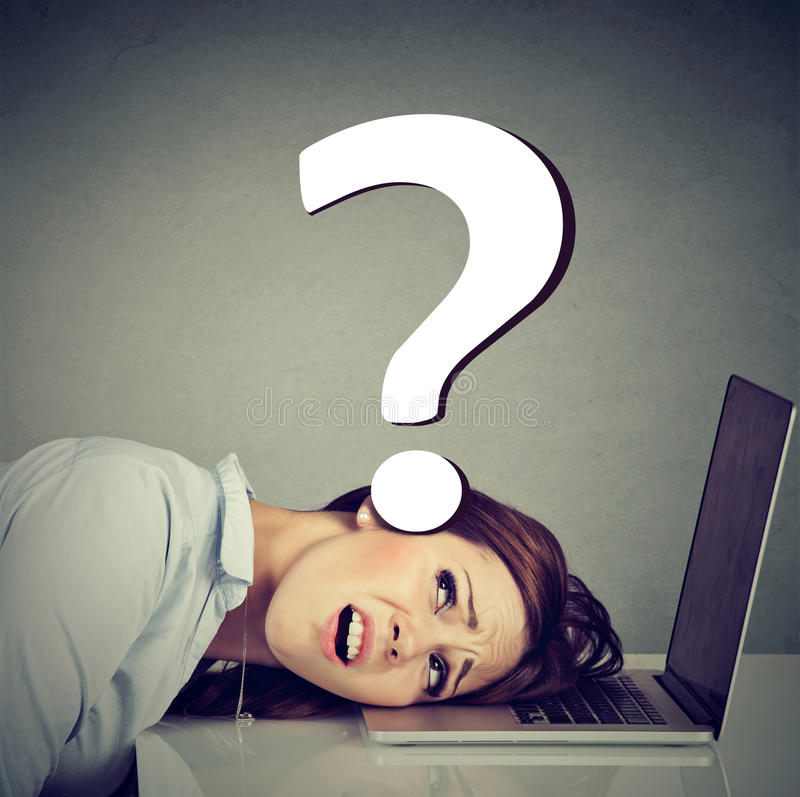 Cabeça de descanso forçada da mulher no portátil sob a pressão de problemas do emprego imagem de stock royalty free
