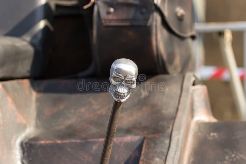 Cabeça de esqueleto decorativa em um handbrake de um veículo feito sob encomenda imagens de stock
