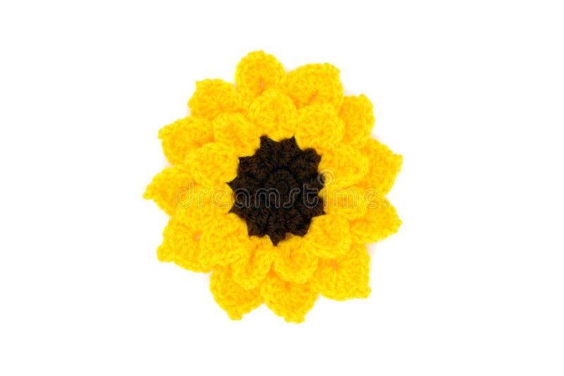 A cabeça de flor do girassol faz crochê das lãs no fundo isolado branco imagem de stock royalty free