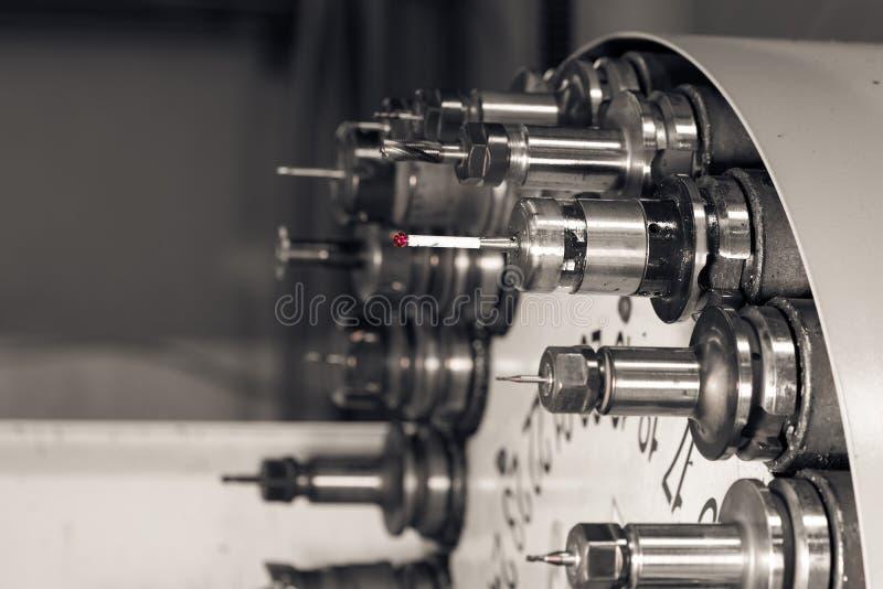 Cabeça de giro com as ferramentas no torno do CNC na oficina imagem de stock royalty free