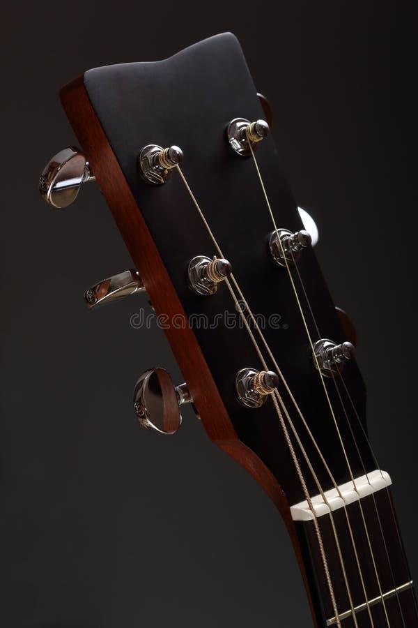 a cabeça de madeira Seis-amarrada da guitarra acústica com ajustamento cavilha fotografia de stock royalty free