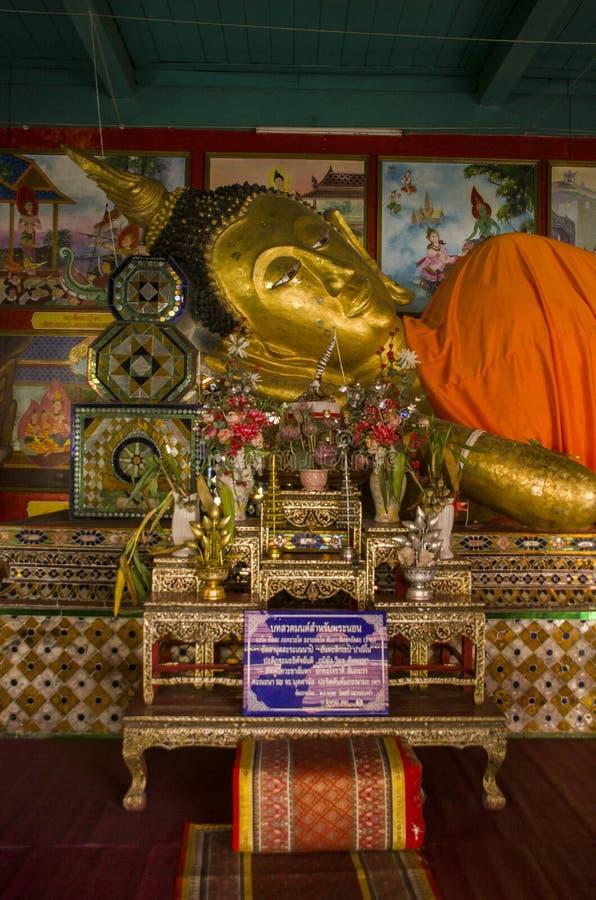 A cabeça de ruínas ascendentes próximas de reclinação da Buda do templo budista antigo de WatMuen Ngoen Kong Chiangmai Tailândia foto de stock