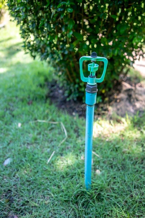 Cabeça de sistema de extinção de incêndios azul do jardim de DIY com suporte no jardim do gramado imagens de stock