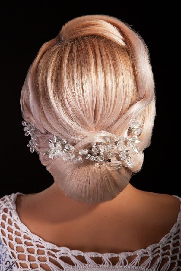 Cabe?a do cabelo do iwith da mulher em remover ervas daninhas o bolo no fundo preto imagem de stock royalty free