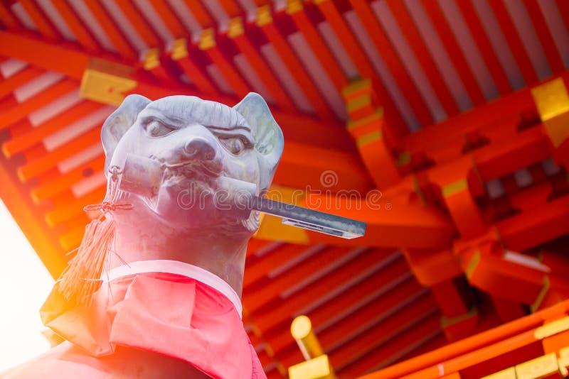Cabeça do close up da estátua da pedra do Fox no santuário Fushimi Inari Taisha de Fushimi Inari foto de stock