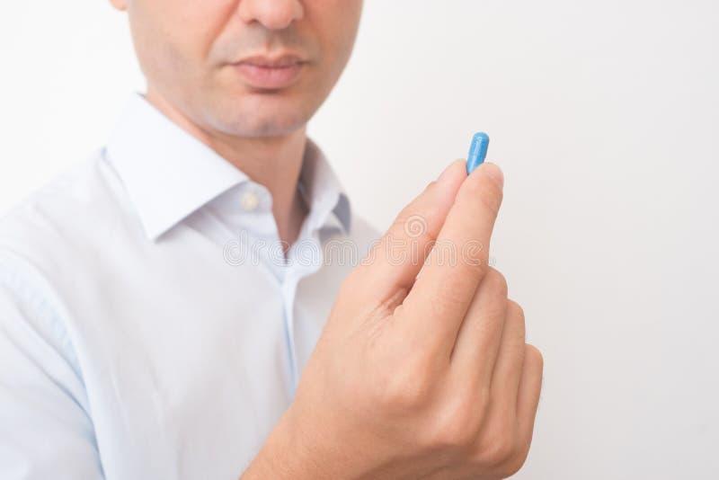 Cabeça do comprimido azul antropófago doente da medicina fotos de stock
