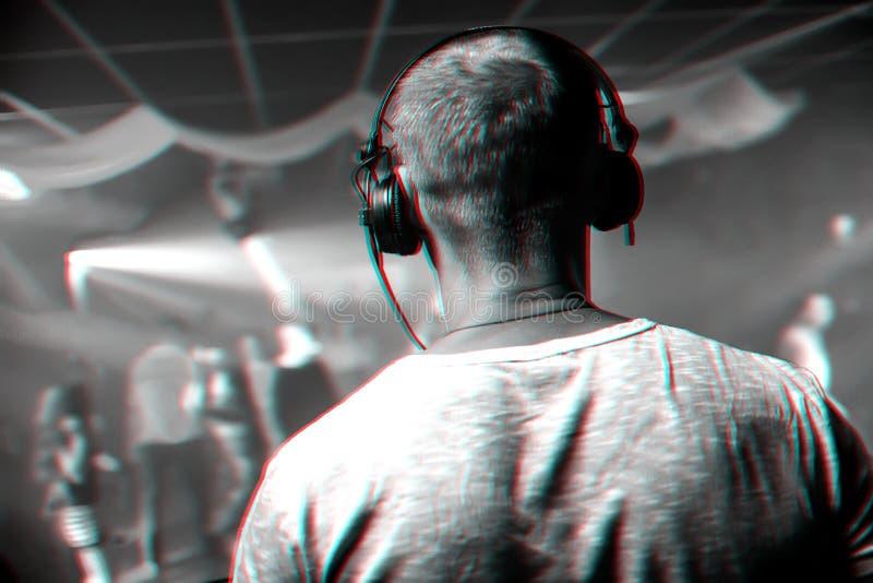 Cabeça do DJ com os fones de ouvido que jogam no evento no clube noturno fotos de stock royalty free