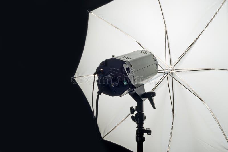 Cabeça do flash do estúdio da fotografia com guarda-chuva fotografia de stock royalty free