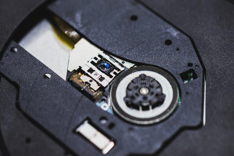 Cabeça do laser para o CD ou reprodutor de DVD Feche acima de um reprodutor de DVD que ejeta o disco imagens de stock