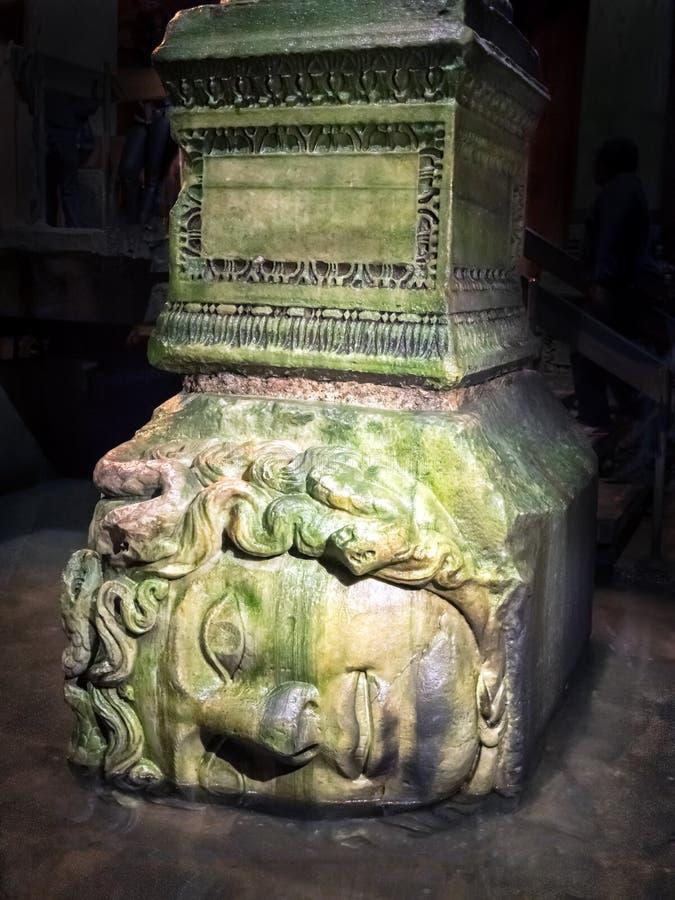 Cabeça do Medusa no reservatório subterrâneo da basílica, Istambul, Turquia fotografia de stock