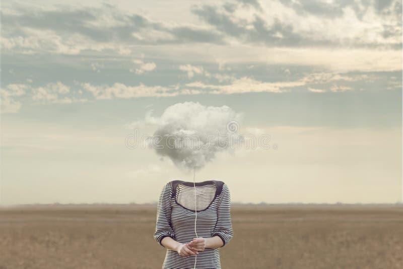 Cabeça do ` s da mulher substituída por uma nuvem macia em uma situação surreal fotografia de stock royalty free