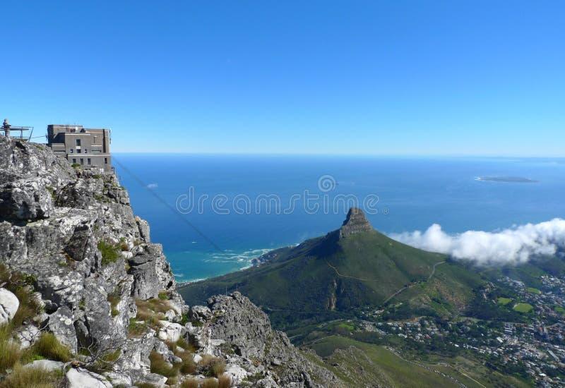 Cabeça dos leões e Cape Town, África do Sul, vista da parte superior da montanha da tabela foto de stock