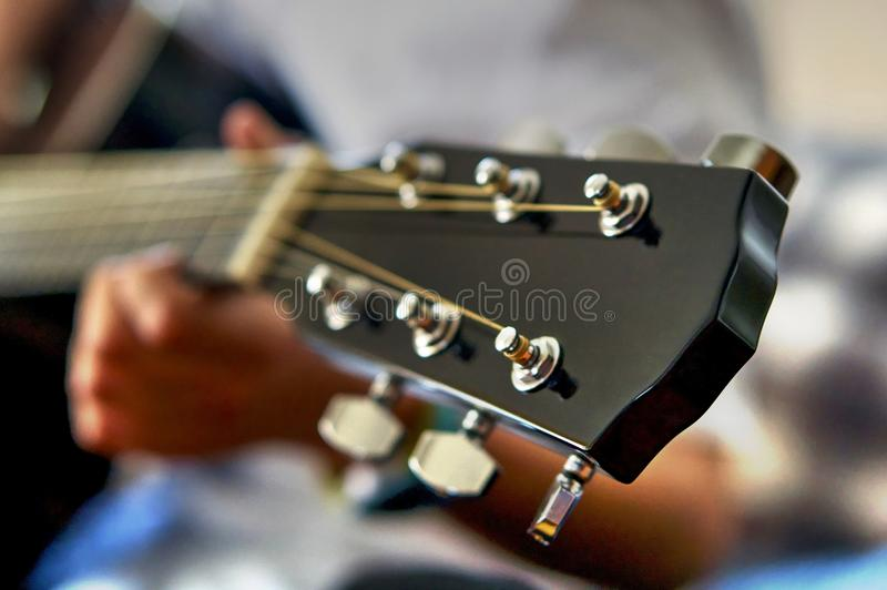 Cabeça e cordas do fretboard da guitarra acústica imagens de stock
