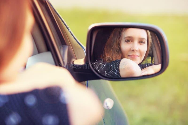 Cabeça exterior do adolescente da liberdade do sol Estudante do carro na viagem do espelho fotos de stock