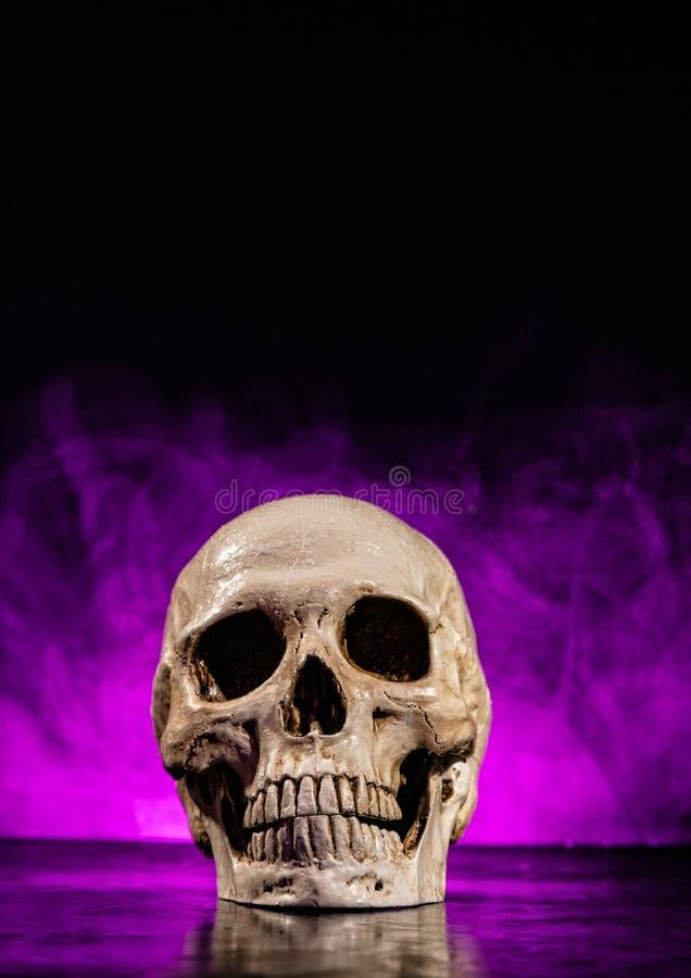 Cabeça humana do crânio com fumo fotos de stock