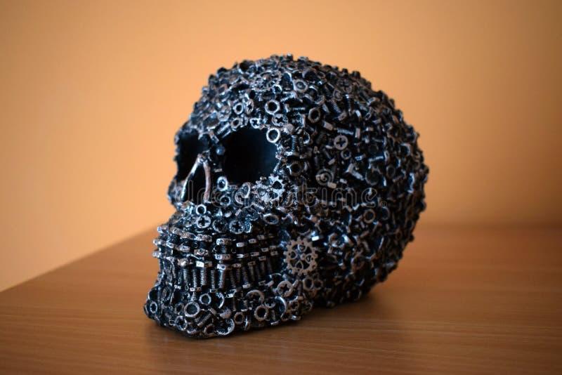 Cabeça incomum do crânio com engrenagens fotografia de stock royalty free
