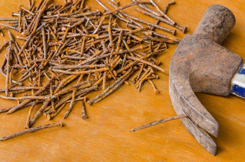 Cabeça oxidada do prego e de martelo imagem de stock