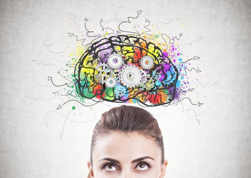 Cabeça pensativa da mulher s, cérebro da roda denteada