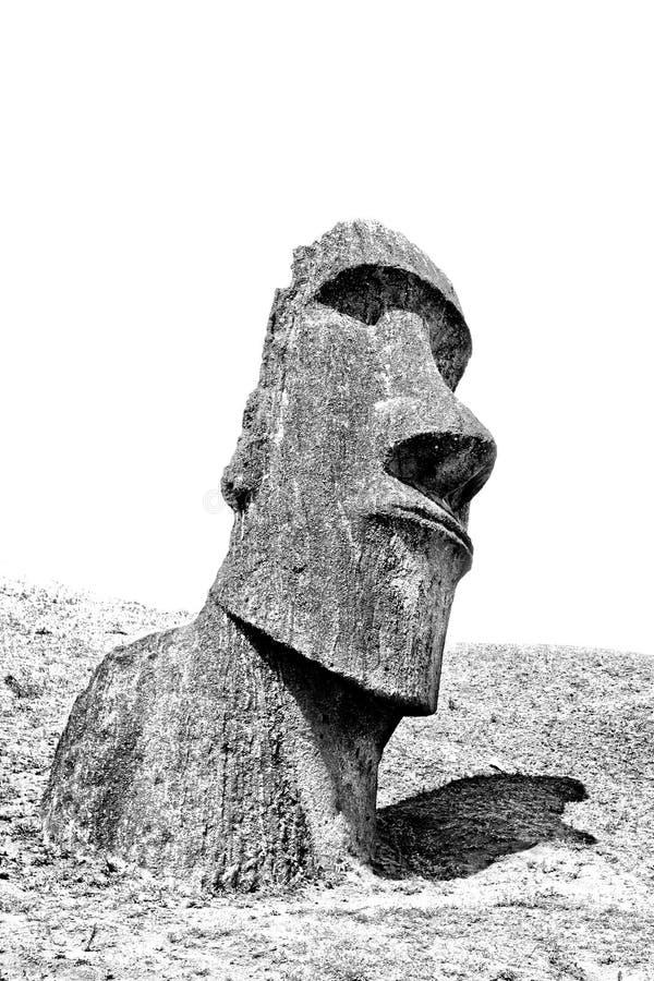 Cabeça preto e branco do moai em um monte na Ilha de Páscoa foto de stock royalty free