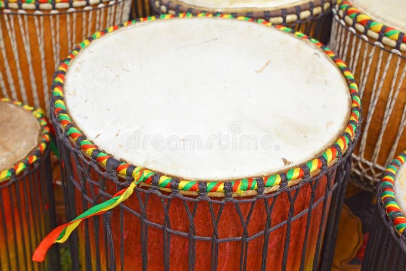 Cabeça redonda da pele de caprino de um cilindro africano 'de Djembe ' imagens de stock royalty free