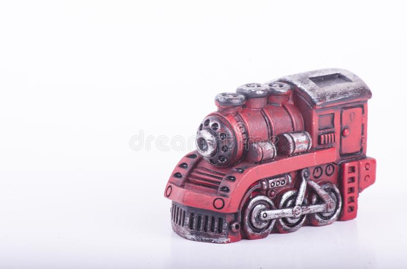 Cabeça retro velha e empoeirada do trem do brinquedo do olhar no fundo branco fotografia de stock