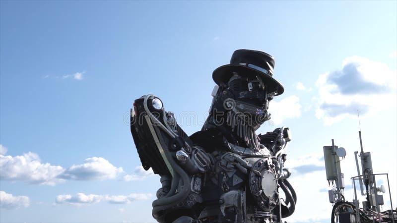 Cabeça robótico e ombros dos droids footage Robô de Droid no fundo do céu com nuvens Conceito da tecnologia foto de stock
