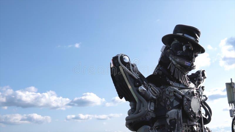 Cabeça robótico e ombros dos droids footage Robô de Droid no fundo do céu com nuvens Conceito da tecnologia fotos de stock royalty free