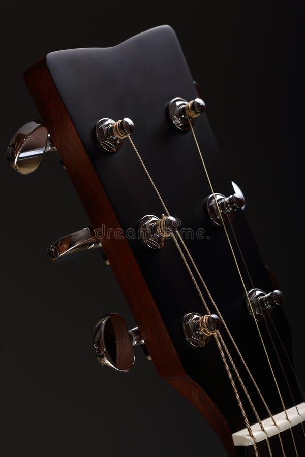 cabeça Seis-amarrada da guitarra acústica com Pegs de ajustamento fotografia de stock royalty free