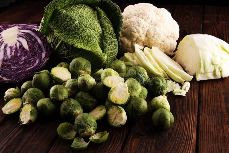Cabeças orgânicas da couve Dieta equilibrada antioxidante que come com couve vermelha, couve branca e couve-de-milão couve-flor foto de stock royalty free