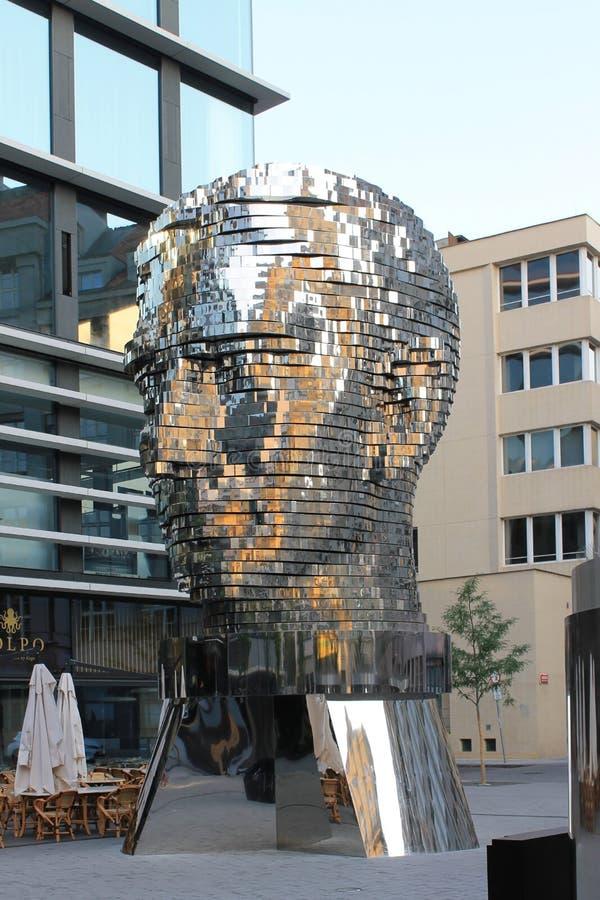 Cabe?a da escultura de Franz Kafka em Praga Rep?blica Checa imagem de stock
