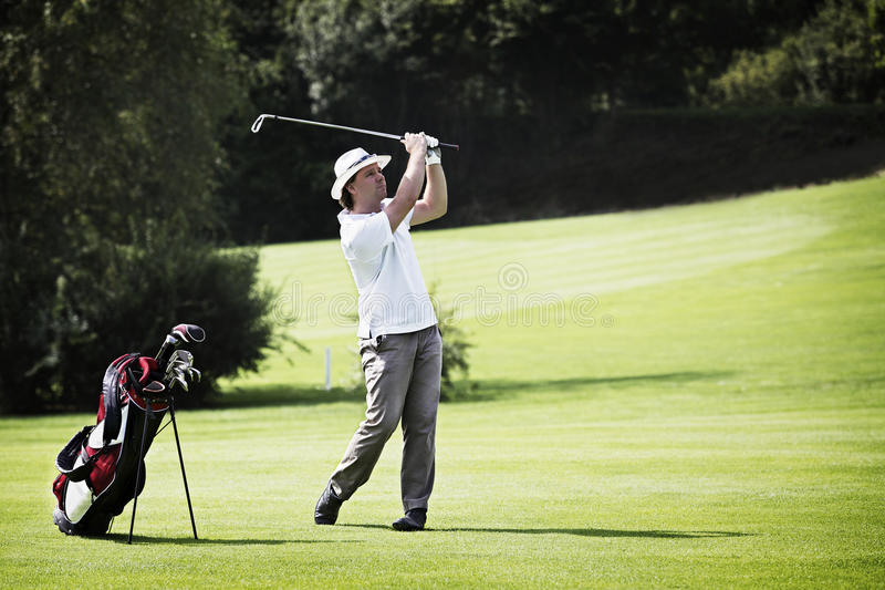 Cabeceo del golfista en el campo de golf. foto de archivo libre de regalías