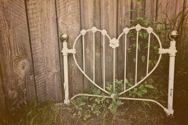 Cabecero blanco en forma de corazón viejo del hierro labrado fotos de archivo