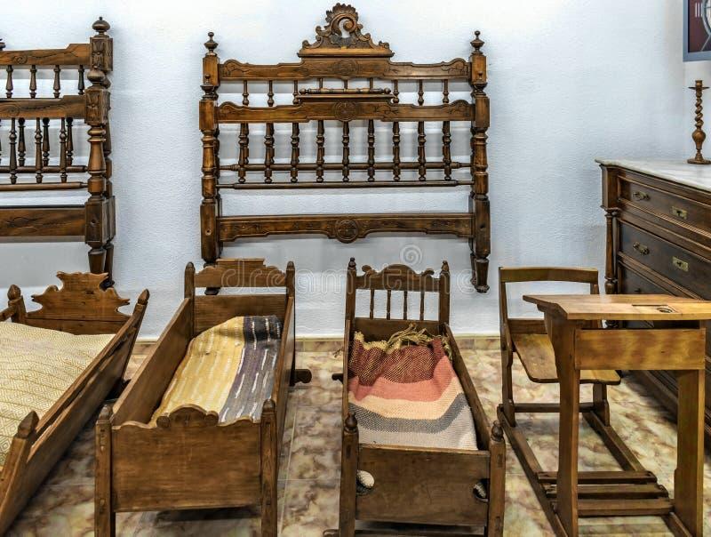 Cabeceros para las camas y los escritorios del pesebre de los niños fotografía de archivo