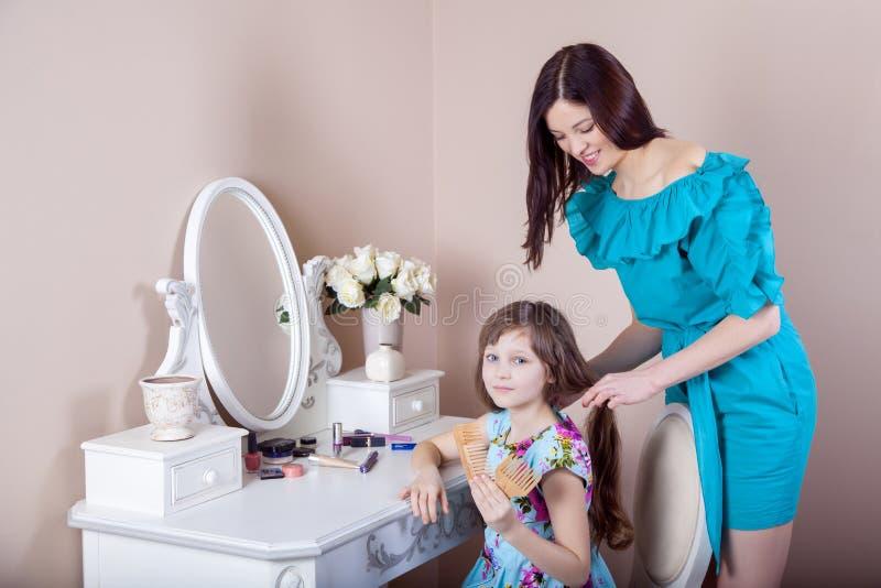 Cabeleireiro da mãe sua filha bonita do preteen em casa fotografia de stock royalty free