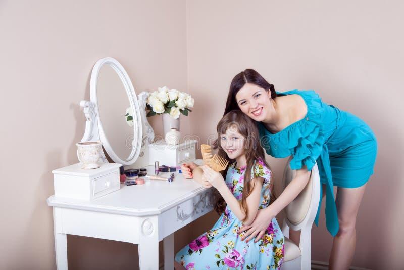 Cabeleireiro da mãe sua filha bonita do preteen em casa imagem de stock royalty free