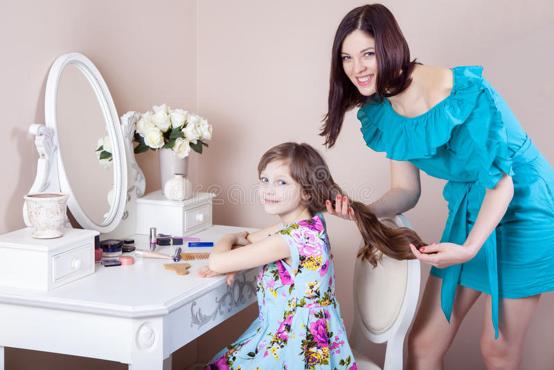 Cabeleireiro da mãe sua filha bonita do preteen em casa foto de stock