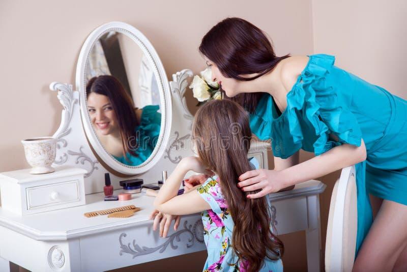 Cabeleireiro da mãe sua filha bonita do preteen em casa foto de stock royalty free