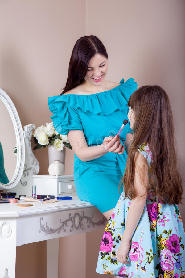 Cabeleireiro da mãe sua filha bonita do preteen em casa fotografia de stock
