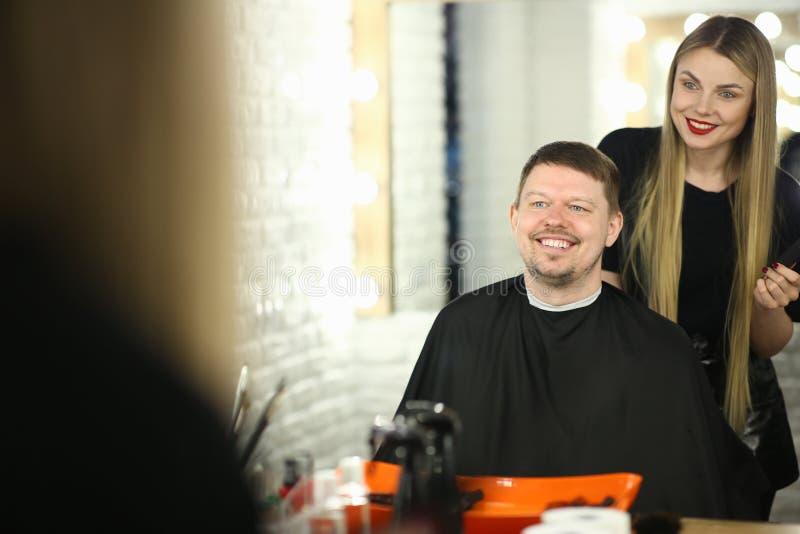 Cabeleireiro de sorriso e cliente feliz no cabeleireiro fotos de stock