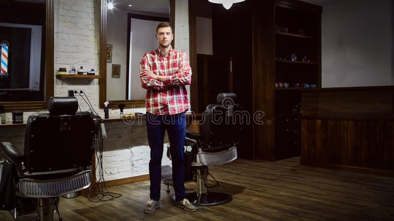 Cabeleireiro dos homens no local de trabalho na barbearia fotos de stock