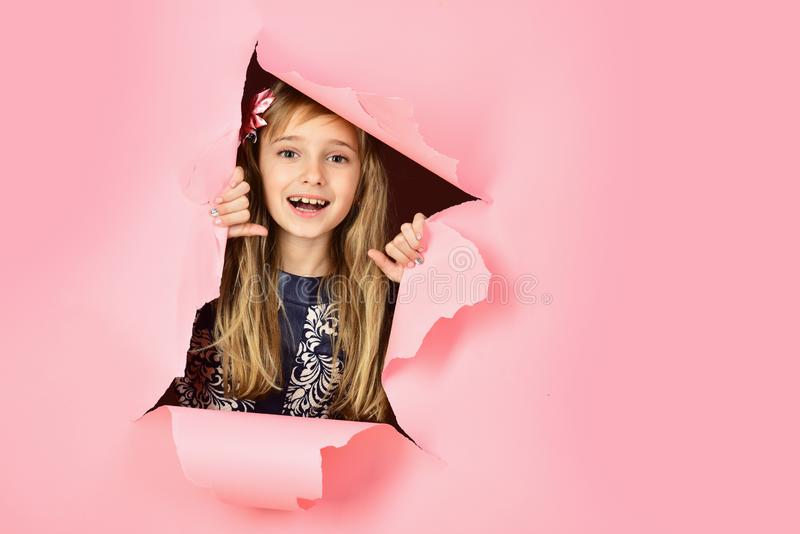 Cabeleireiro e estilo ocasional ou sarja de Nimes Menina com cabelo longo Beleza, forma da criança, cosméticos, cabelo saudável s imagens de stock royalty free