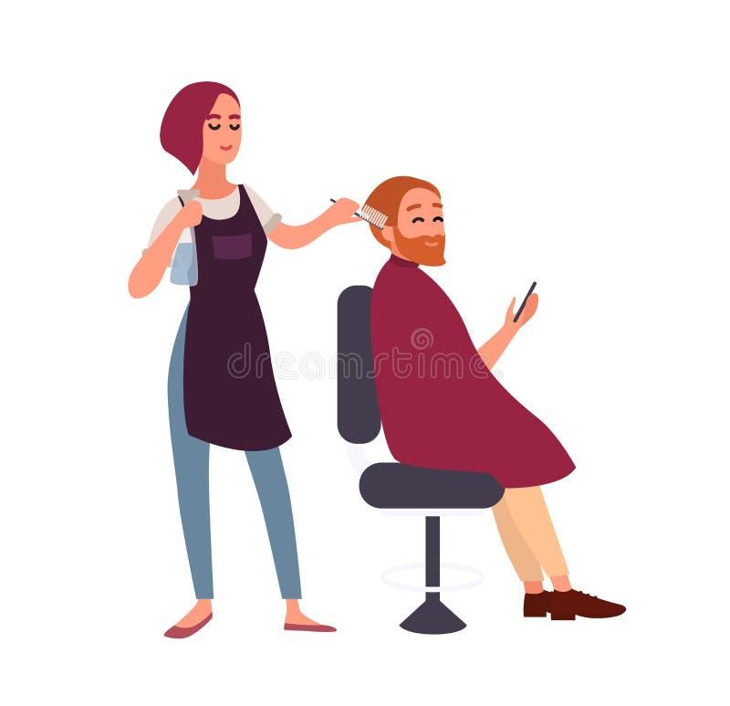 Cabeleireiro fêmea que denomina o cabelo de seu cliente masculino de sorriso que senta-se na cadeira e que guarda o smartphone Ho ilustração royalty free