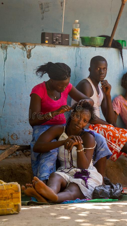 Cabeleireiro fora em público de Gâmbia fotografia de stock